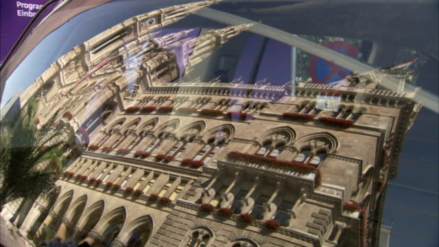 the vienna rathaus is reflected in a car windscreen. available in hd. - rathaus video stock e b–roll