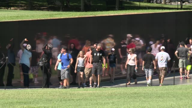 the vietnam veterans memorial chronologically lists the names of more than 58,000 americans who died in service in vietnam and south east asia. - vietnam veterans memorial video stock e b–roll