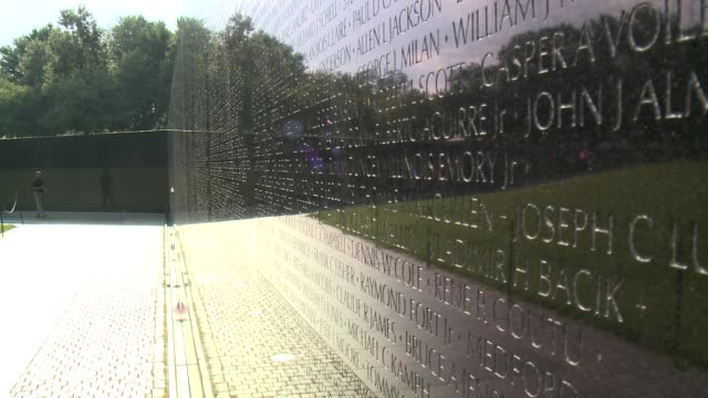 the vietnam veterans memorial chronologically lists the names of more than 58,000 americans who died in service in vietnam and south east asia. - ベトナム戦争戦没者慰霊碑点の映像素材/bロール