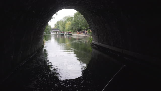 vídeos y material grabado en eventos de stock de la vista desde el frente de un barco estrecho, ya que sale del famoso túnel de islington - barcaza embarcación industrial