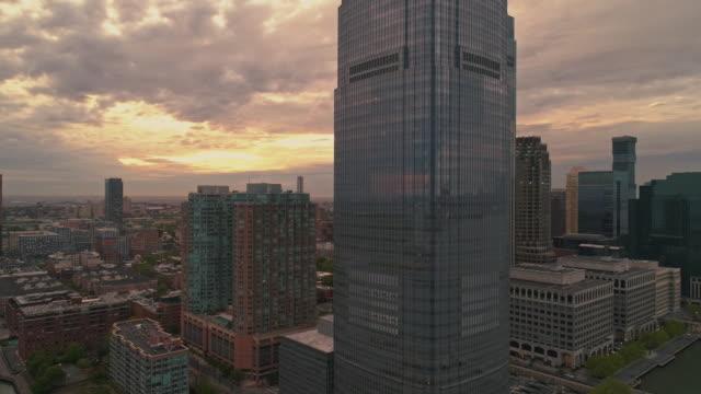 日没時の夕方のニュージャージー州ニュージャージー州パウラスフックの眺め。映画の複雑な軌道とパンカメラの動きを持つ空中映像。 - 連続するイメージ点の映像素材/bロール