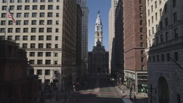 vidéos et rushes de la vue sur l'hôtel de ville de philadelphie de south broad street. mouvement de la caméra combinée descendante et inclinable. - philadelphie