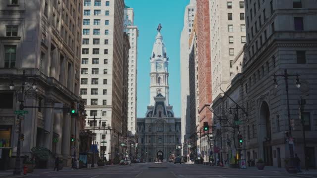 vidéos et rushes de la vue sur l'hôtel de ville de philadelphie de south broad street. mouvement de la caméra avant. - philadelphie