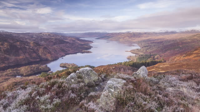 the view over loch katrine from the summit of ben a'an in the trossachs national park, scotland, uk. - loch点の映像素材/bロール