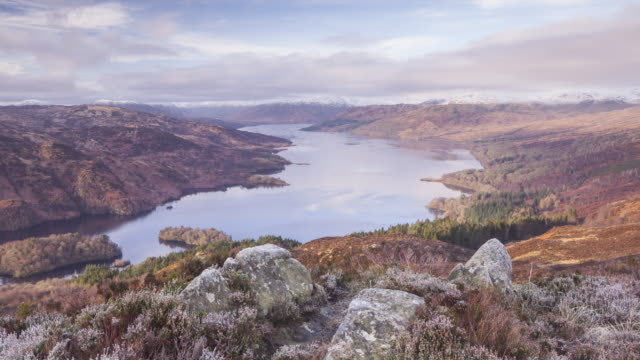 zo the view over loch katrine from the summit of ben a'an in the trossachs national park, scotland, uk. - loch点の映像素材/bロール