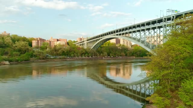 the view to the bronx over the hudson river, with the panoramic camera motion from the henry hudson bridge to the spuyten duyvil bridge. - inquadratura dall'ascensore video stock e b–roll