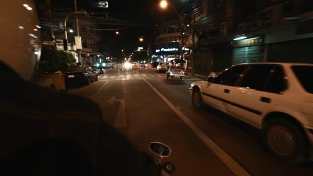 der aussichtspunkt des motorradfahrers, der in der nacht fährt - motorroller stock-videos und b-roll-filmmaterial