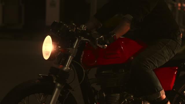 vídeos de stock e filmes b-roll de the viewpoint of motorcyclist driving in the night - motociclista