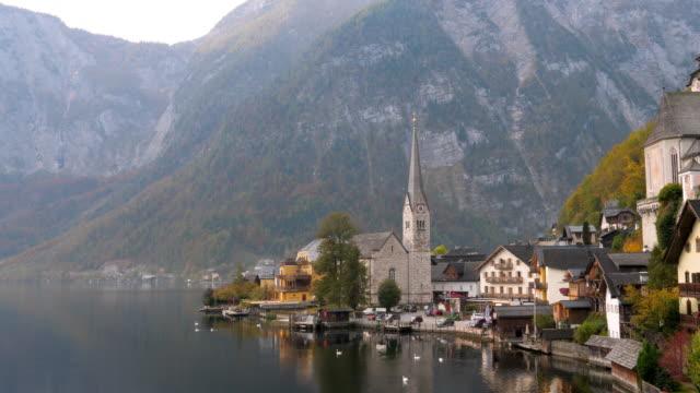 vídeos de stock e filmes b-roll de the village of hallstatt, lake hallstatt, unesco world heritage hallstatt-dachstein salzkammergut, upper austria, austria, europe - alpes europeus