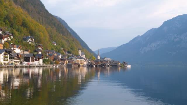 vidéos et rushes de le village de hallstatt, lac d'hallstatt, unesco world heritage hallstatt-dachstein salzkammergut, oberösterreich, autriche, europe - unesco