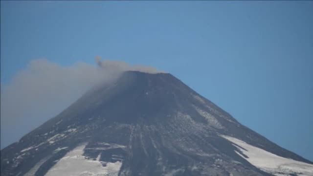 the villarrica volcano, 800 km south of santiago de chile, shows renewed activity two weeks after an eruption that led to the evacuation of thousands - eruzione video stock e b–roll