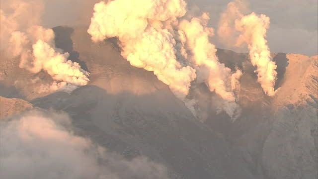 vidéos et rushes de the volcano japan's secondhighest at 3067 meters erupted in central japan without warning mouth of the volcano - entrer en éruption