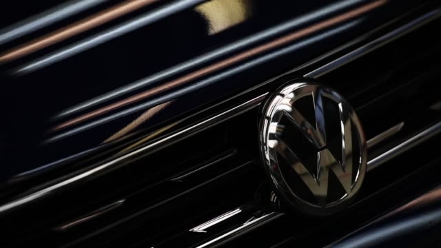 vídeos de stock e filmes b-roll de the volkswagen logo is displayed on a volkswagen golf car at the volkswagen factory on march 8, 2018 in wolfsburg, germany. u.s. president donald... - golf