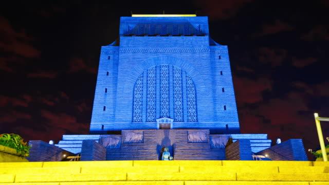 the voortrekker monument illuminated at night - ハウテング州点の映像素材/bロール