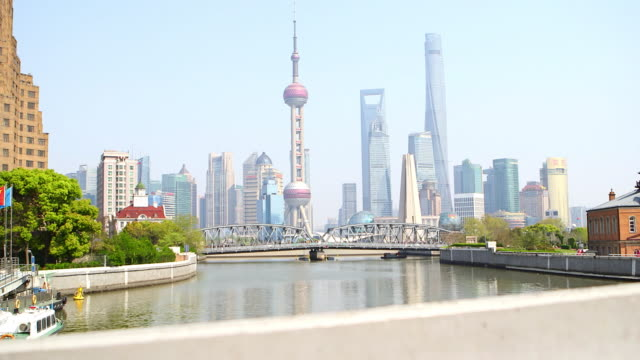 vídeos de stock e filmes b-roll de the waibaidu bridge (the garden bridge) and the bund - shanghai, china - tempo real