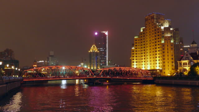 the waibaidu bridge at night, shanghai, china - establishing shot点の映像素材/bロール