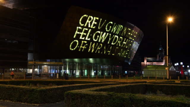 the wales millennium centre wales' national centre for performing arts is seen illuminated in yellow light following cyclist geraint thomas' victory... - gesamtansicht stock-videos und b-roll-filmmaterial