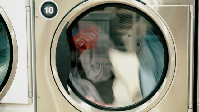 洗濯機が働いています。 - 衣類乾燥機点の映像素材/bロール