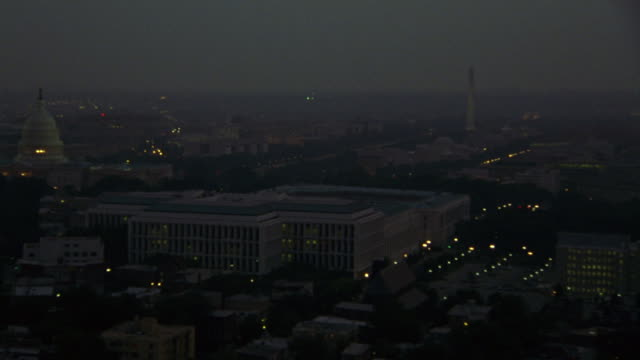 the washington monument and the us capitol dominate the skyline. - demokratie stock-videos und b-roll-filmmaterial