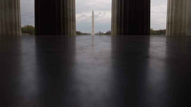 vídeos de stock, filmes e b-roll de the washington monument is seen from a quiet lincoln memorial april 1 2020 in washington dc the district of columbia has joined other states and... - maryland estado