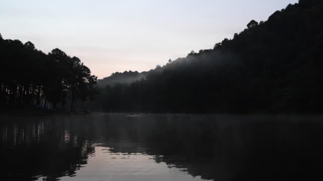 vídeos de stock, filmes e b-roll de a superfície da água na parte da manhã em pang ung um grande reservatório no topo da colina, um destino turístico popular em mae hong son. - forma da água