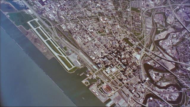 stockvideo's en b-roll-footage met the waters of lake erie meet the city of cleveland. - eriemeer