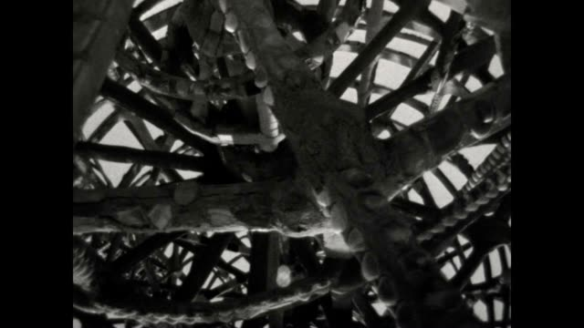 vidéos et rushes de the watts towers as filmed by william cartwright who, along with nicholas king, helped to save the site by purchasing the property in 1959 for $2,000. - béton