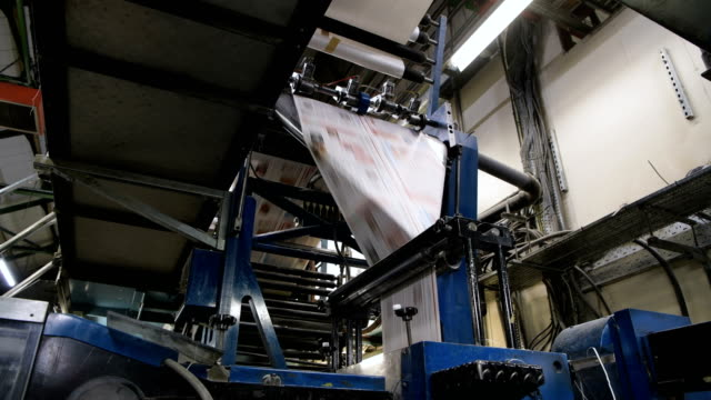 """stockvideo's en b-roll-footage met the """"web offset press"""" is operated by the acredula group, the umbrella company that owns the weekly newspaper the barnsley chronicle, in barnsley.... - drukker"""