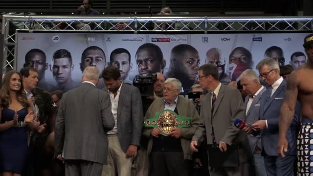 the weigh-ins of dillian whyte and oscar rivas at old spitalfields market ahead of their heavyweight bout in london. also the weigh-in of david price... - pesi massimi video stock e b–roll