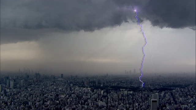 The welldeveloped thunderclouds create a streak lightning/Shot from the Tokyo Skytree on May 92014
