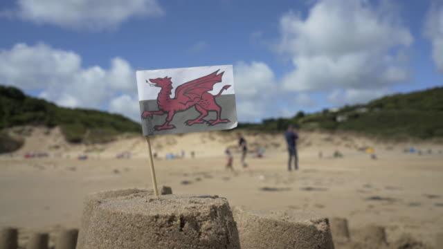 the welsh dragon flag - roy castle点の映像素材/bロール
