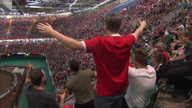 the welsh national football team made it as far as the semi-final in the uefa euros 2016. welsh football fans unable to make it to lyon watched the... - typisch walisisch stock-videos und b-roll-filmmaterial