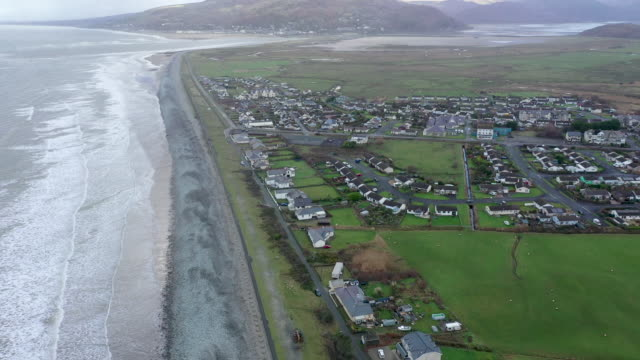 the welsh village of fairbourne in gwynedd which is under threat from climate change and rising seas causing coastal erosion on january 03 2020 in... - 浸食された点の映像素材/bロール