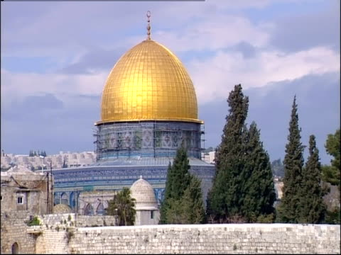 the western wall runs along the dome of the rock in jerusalem. - gerusalemme est video stock e b–roll