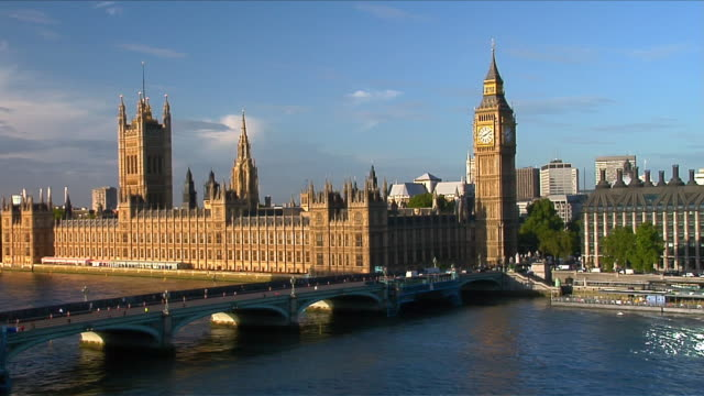 vidéos et rushes de the westminster bridge leads to the houses of parliament and big ben in london, england. - westminster bridge