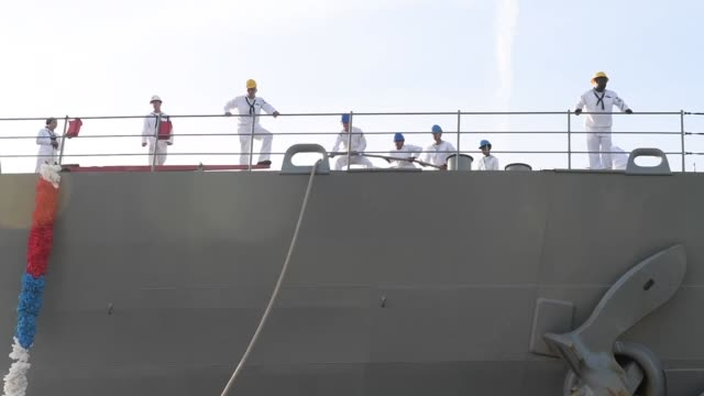 the whidbey island-class amphibious dock landing ship uss fort mchenry arrives at naval station mayport, florida after completing a scheduled... - ホームカミング点の映像素材/bロール