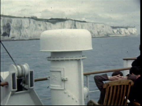 1950 the white cliffs of dover, from the gratis ferry as it leaves dover - dover kent stock-videos und b-roll-filmmaterial