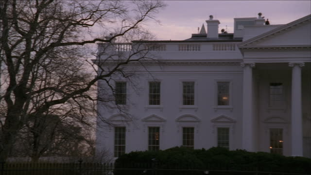 vídeos de stock, filmes e b-roll de pan the white house at sunset / washington, dc, united states - estilo dos anos 2000