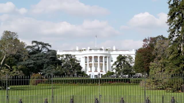 vidéos et rushes de pelouse sud de la maison blanche, à washington, d.c. - président des états unis