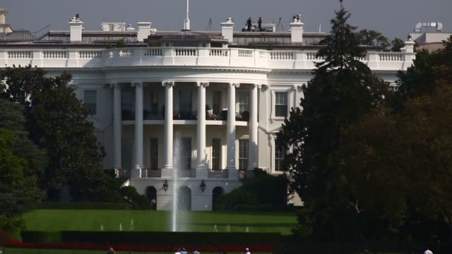 the white house stands past the south lawn as dark clouds pass over it in washington dc us - weißes haus stock-videos und b-roll-filmmaterial
