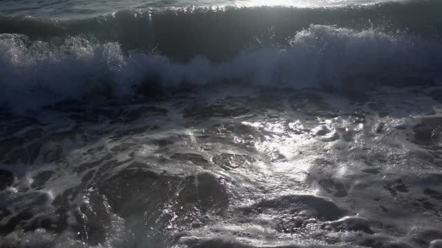 vídeos de stock, filmes e b-roll de the whitewash of waves breaking in the surf at the beach. - goodsportvideo