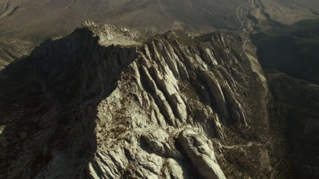 vidéos et rushes de the whitney portal, the trailhead for the mount whitney trail, rises out of the owens valley, sierra nevada, california. - dépression terrestre