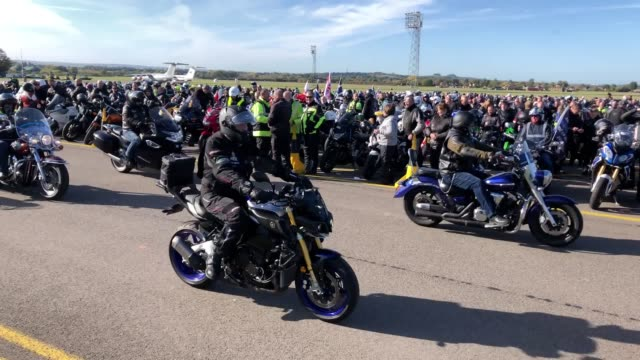 stockvideo's en b-roll-footage met the widow of pc andrew harper led the procession as around 5000 motorcyclists put on their full leathers to complete a charity bike ride in memory of... - weduwe