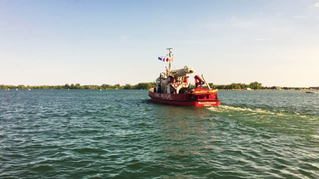 the william lyon mackenzie fireboat built by russel brother, leaves the waterfront of the city on june 30, 2017; in toronto, ontario, canada. it was... - ontariosee stock-videos und b-roll-filmmaterial
