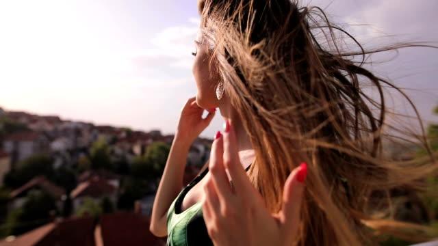 vinden i håret - blåsa använda munnen bildbanksvideor och videomaterial från bakom kulisserna