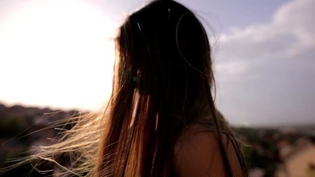 vídeos de stock, filmes e b-roll de o vento no cabelo - cabelo comprido