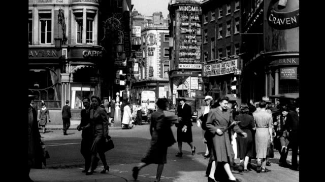 vídeos y material grabado en eventos de stock de the windmill theater with sign stating 'we never closed' viewed from shaftsbury avenue / heavy pedestrian and vehicle traffic windmill theater near... - soho londres