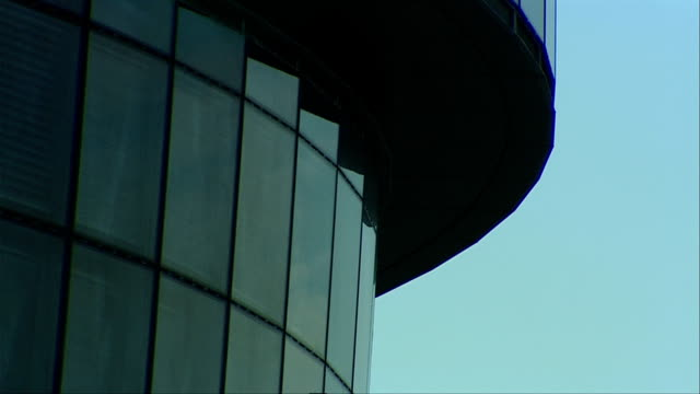 the windows of london's city hall demonstrate modern architecture. available in hd. - rathaus stock-videos und b-roll-filmmaterial
