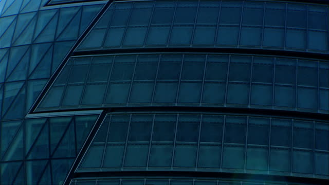 the windows of london's city hall demonstrate the use of glass in modern architecture. available in hd. - rathaus stock-videos und b-roll-filmmaterial