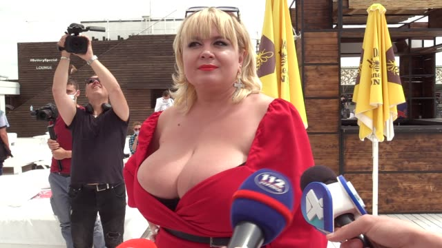 the winner mila kuznetsova with 13th breast size speaks with media during the ukrainian record in a category 'the largest female natural breasts' in... - plusphoto stock-videos und b-roll-filmmaterial